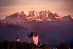 1003px-Castle of Thun in front of mountain