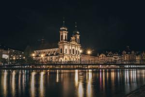 1013px-Jesuitenkirche bei Nacht
