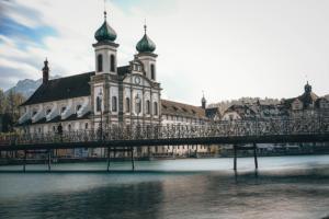 1013px-Jesuitenkirche bei Tag